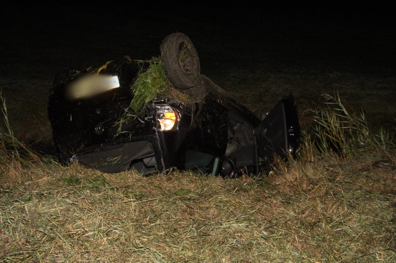 Automobilist raakt op de kop in de sloot langs de waldwei bij Warten