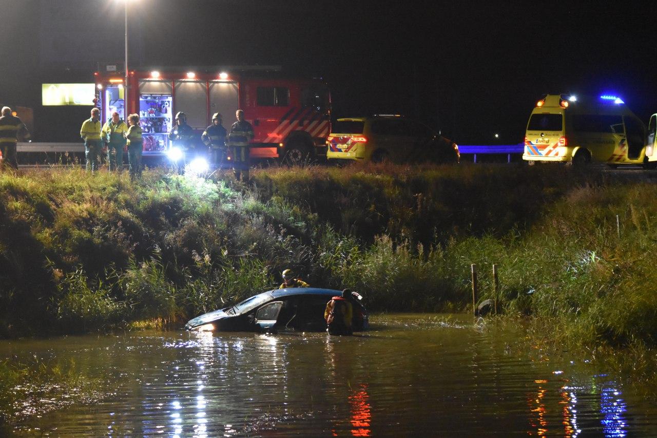 Video Bestuurder spoorloos na Auto te water in Harlingen