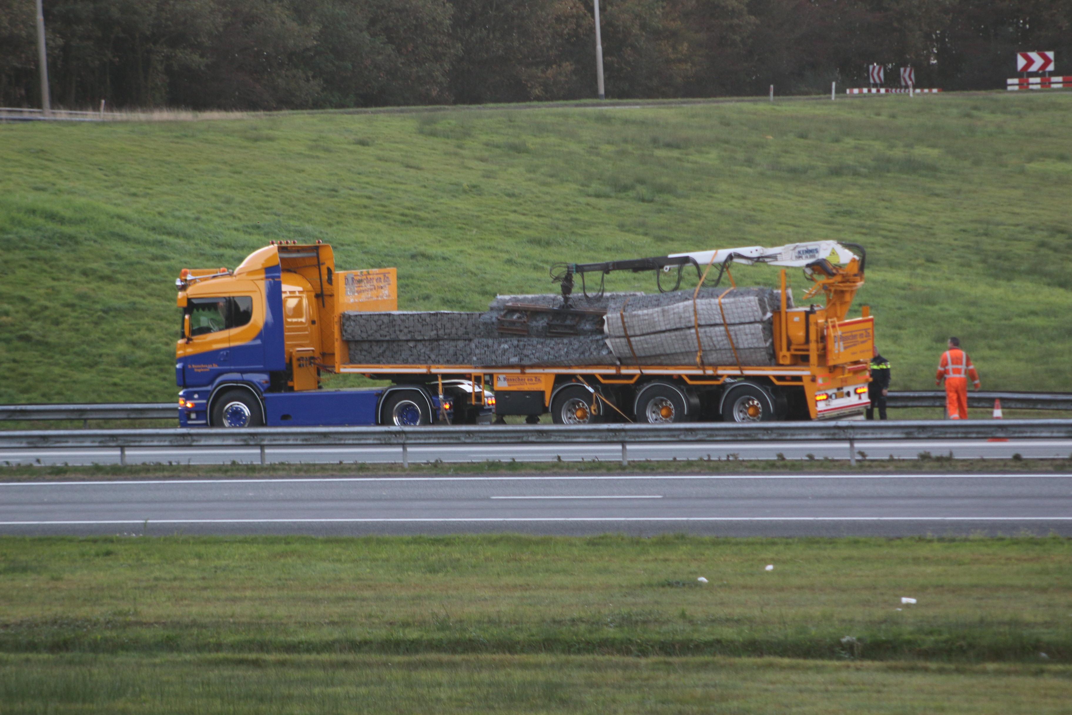Video Vrachtwagen verliest lading flinke file op de A7 bij Drachten