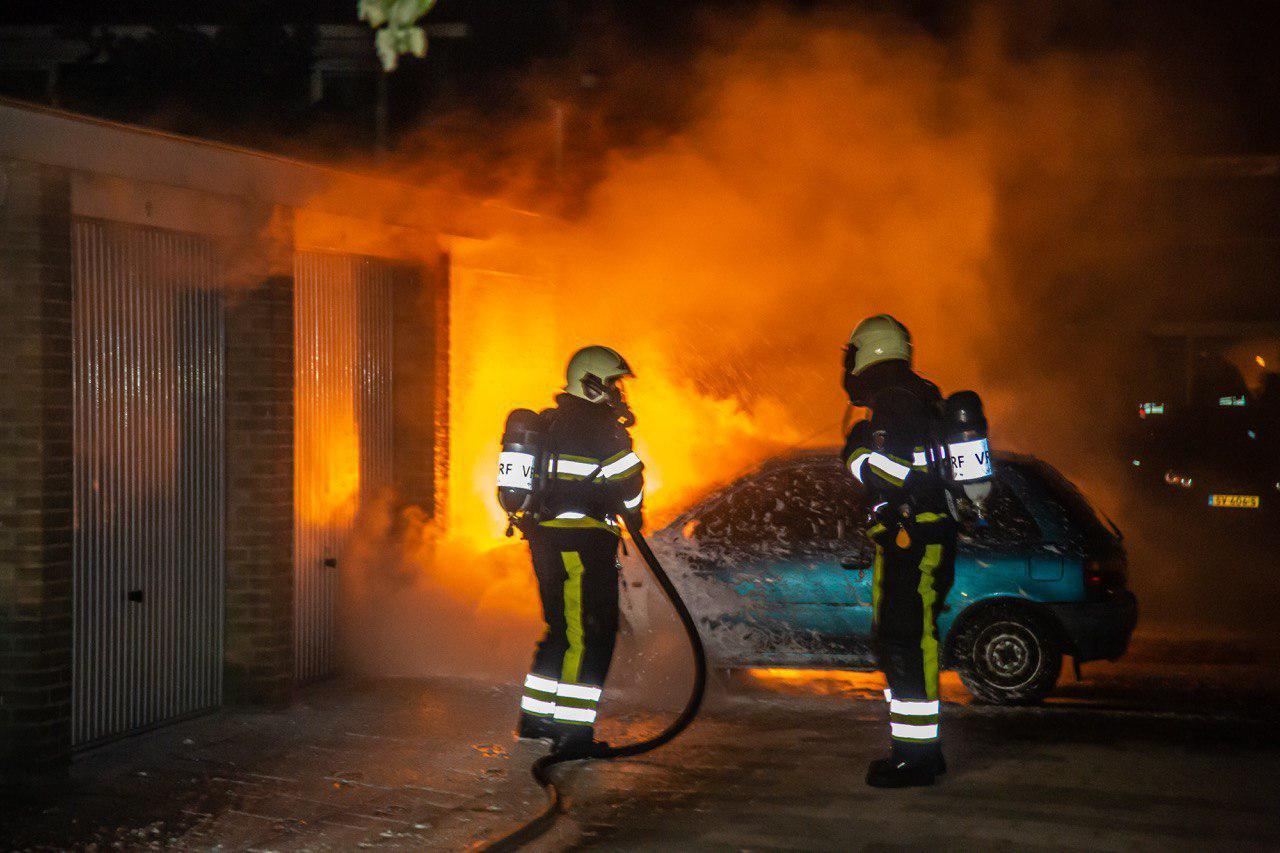 Auto volledig uitgebrand garagebox loopt schade op in Drachten