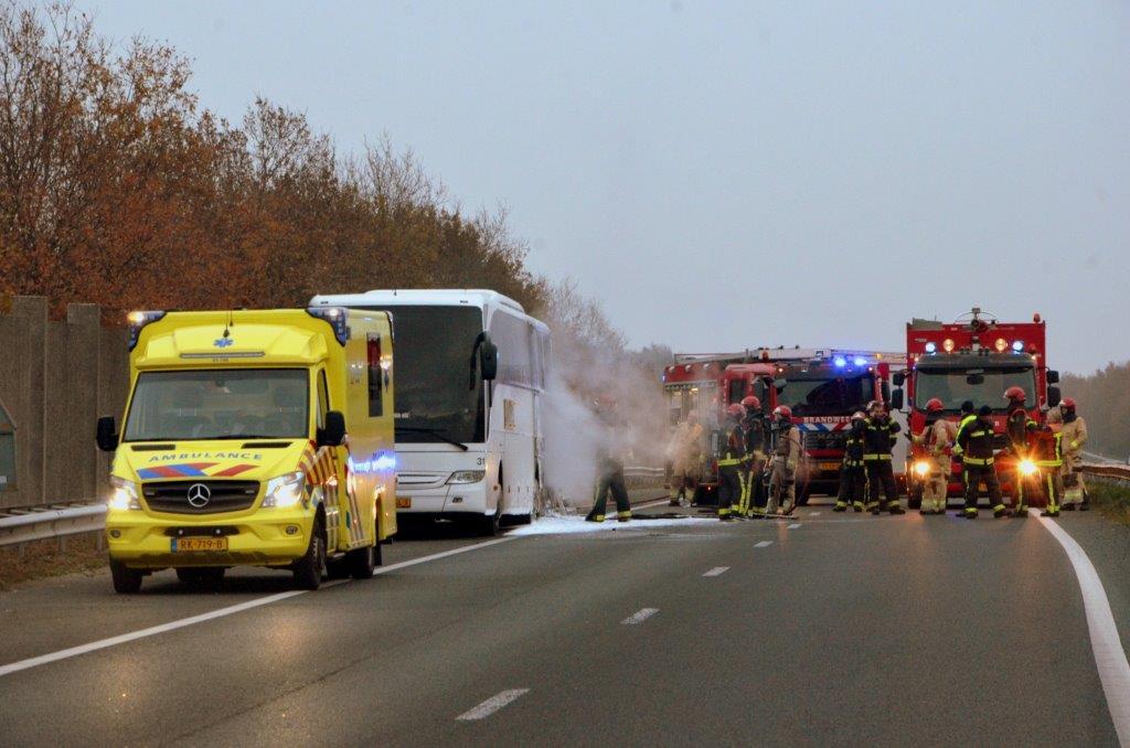 Touringcar in brand op de A7 bij Sappemeer; passagiers ongedeerd