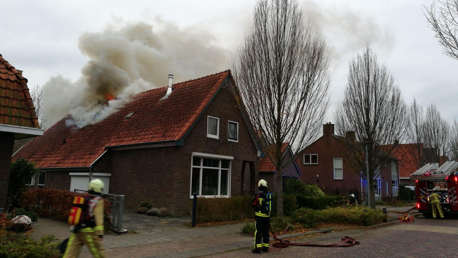 Grote Uitslaande brand verwoest woonboederij in Assen