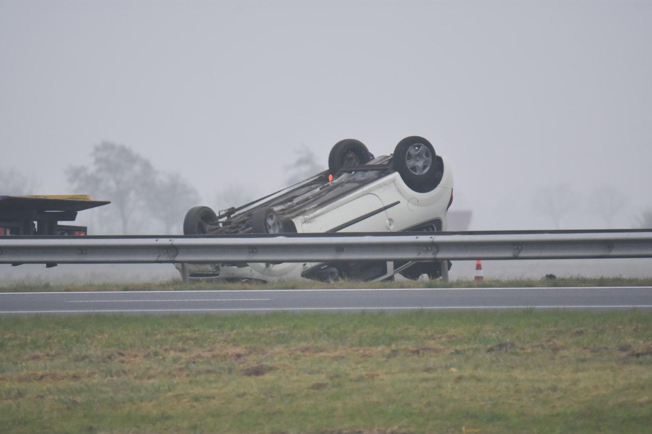 Bestuurder slaat over de kop op de A31 bij Schalsum