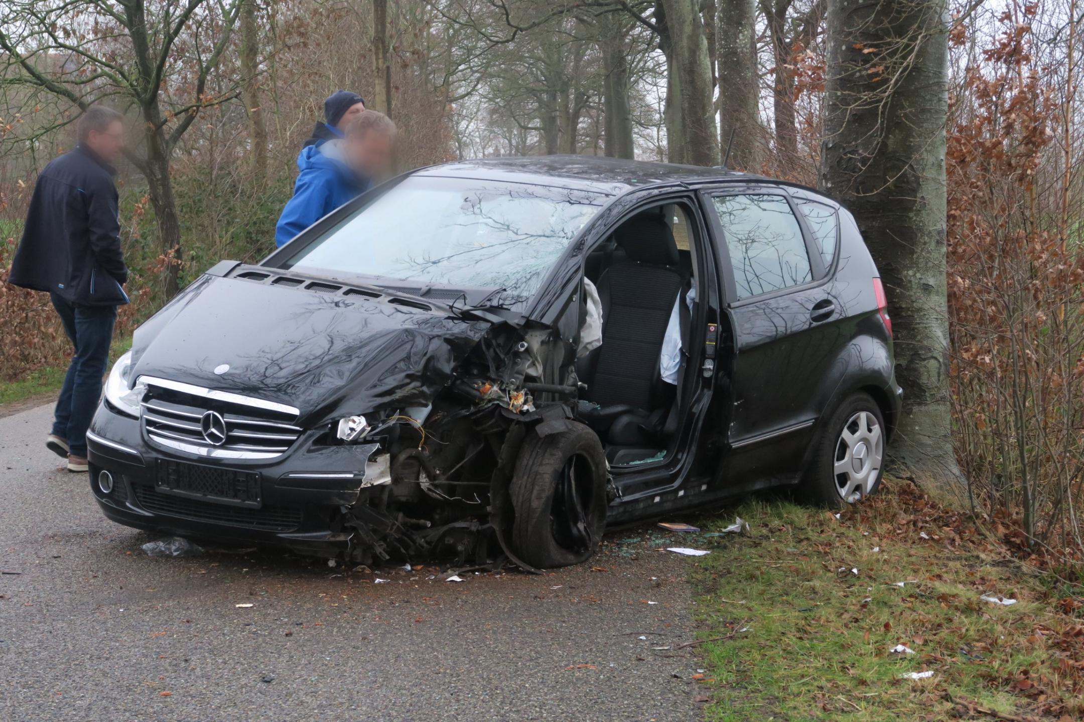 Bestuurder raakt gewond na botsing tegen boom in Eastermar