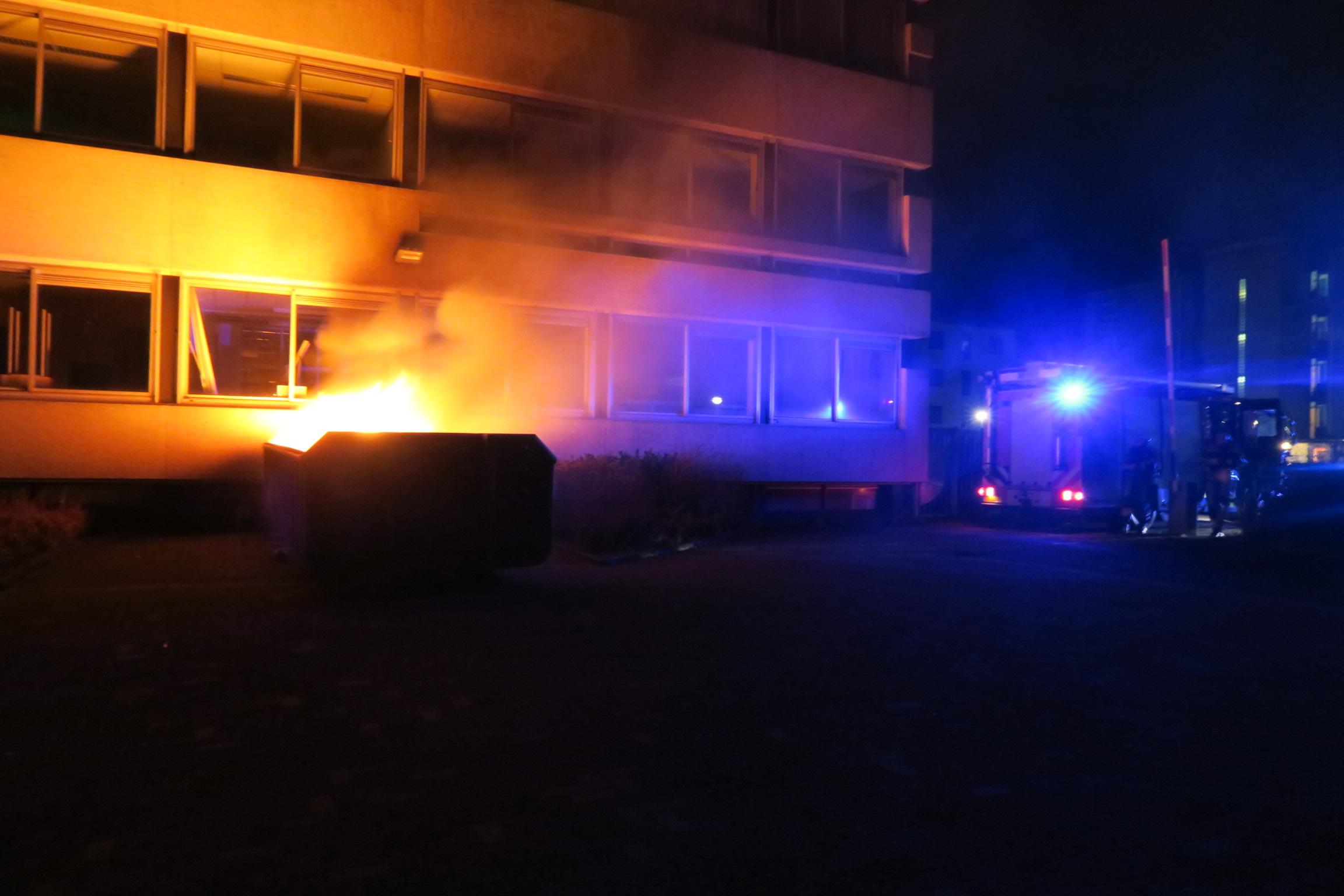 Forse buitenbrand in een bouwcontainer in Drachten