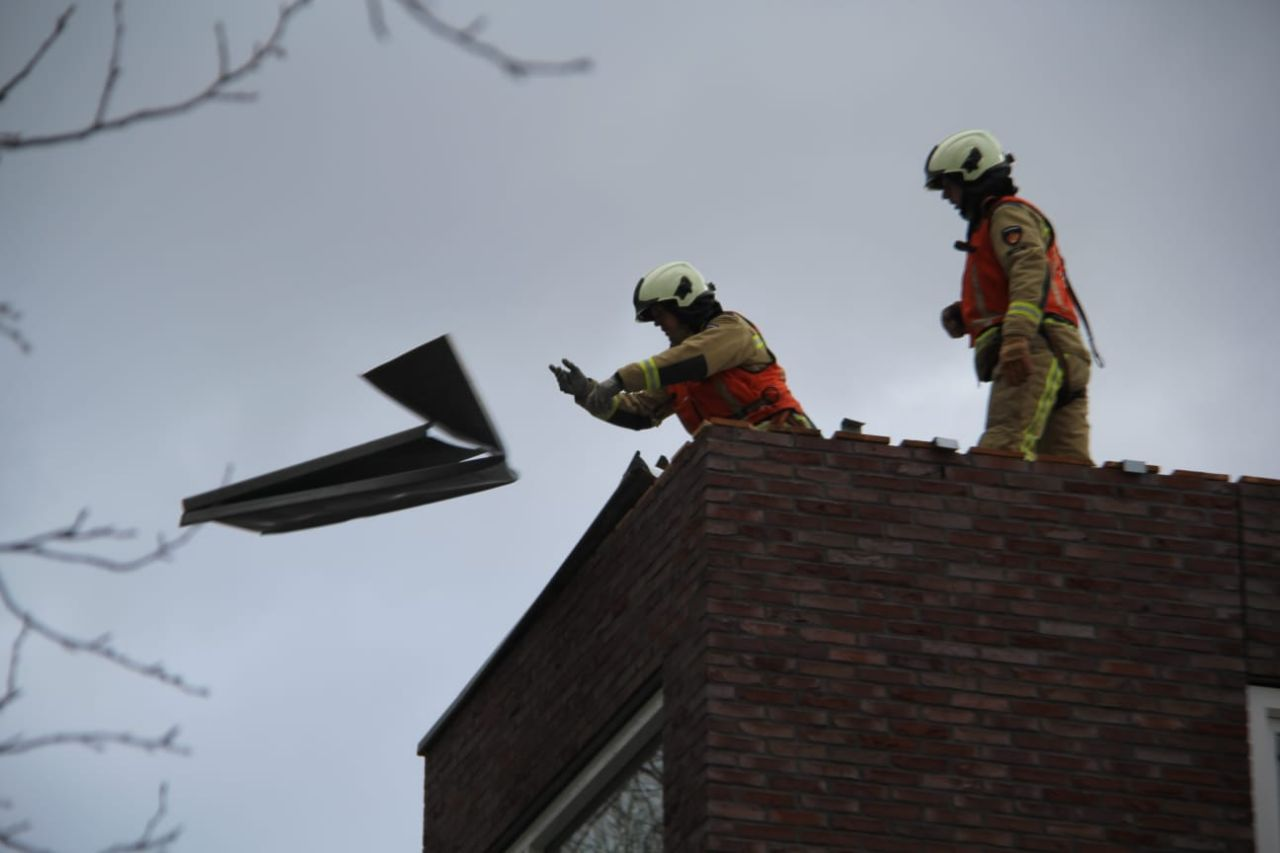 Brandweer inzet na loshangende platen in Meppel