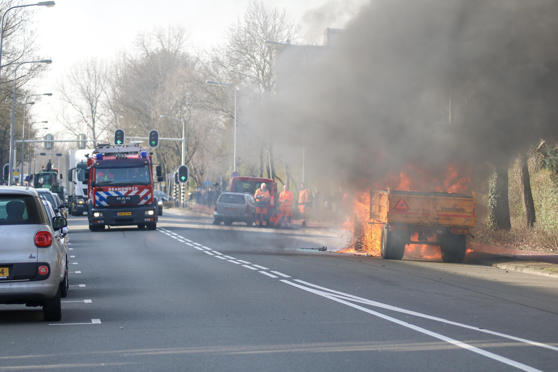 Tractor met aanhanger verwoest door felle Brand in Groningen