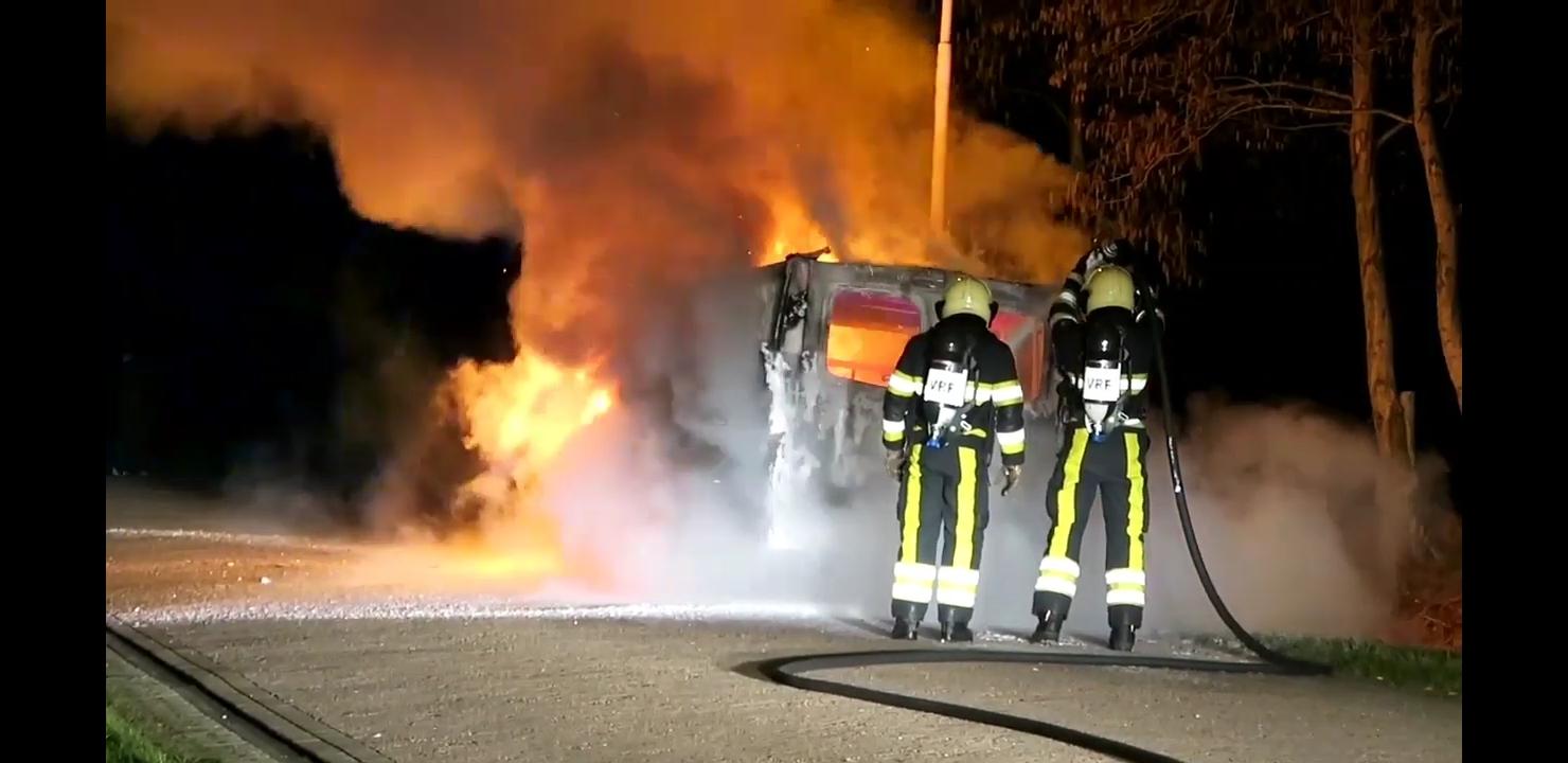 Busje verwoest door felle Brand in Drachten