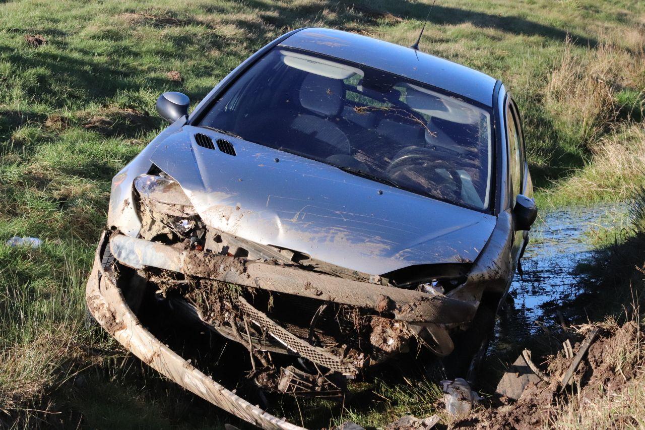 Auto raakt van de weg en belandt in de sloot langs de N381 bij Ureterp bestuurster gewond naar ziekenhuis