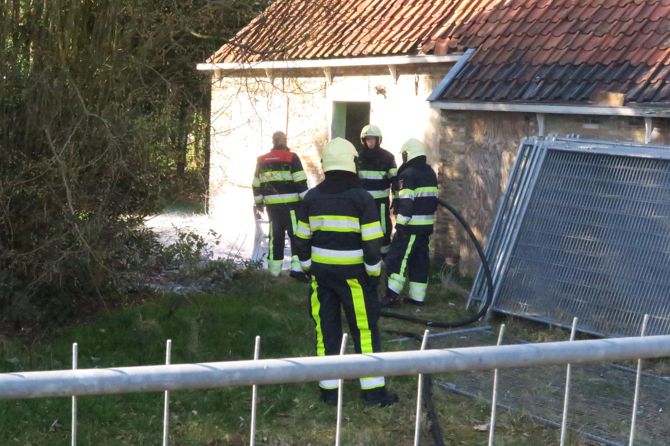 Brandweer blust brandend bankje in Drachten