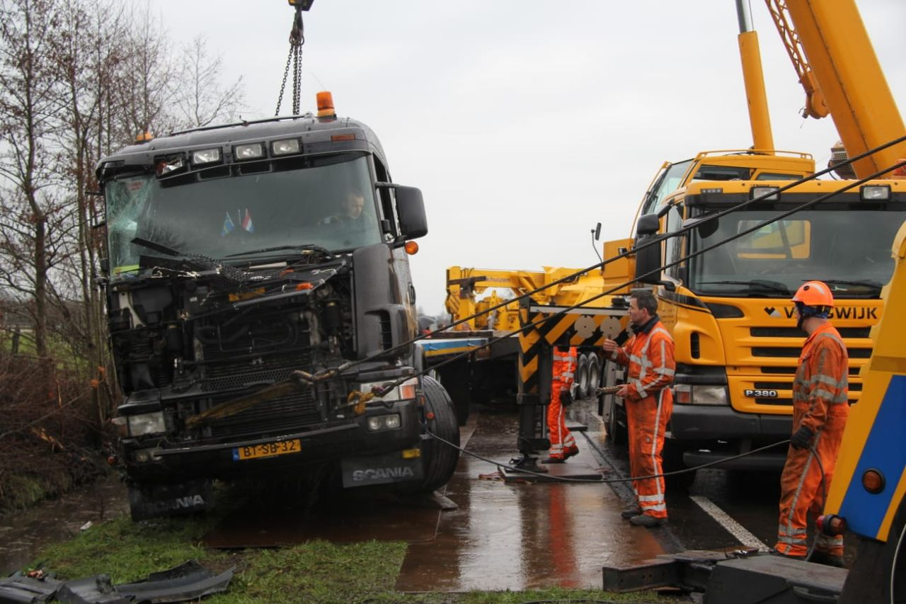 Vrachtwagen raakt van de weg en belandt in sloot bij Rottevalle