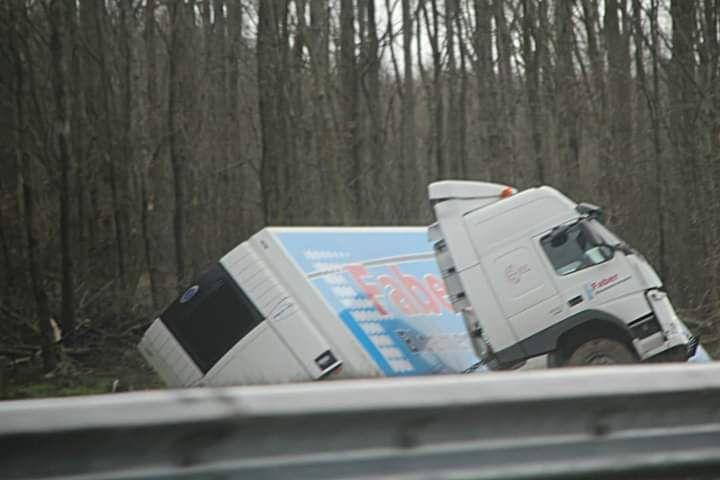 Vrachtwagen beland in de sloot naast de A7 bij Luxwoude