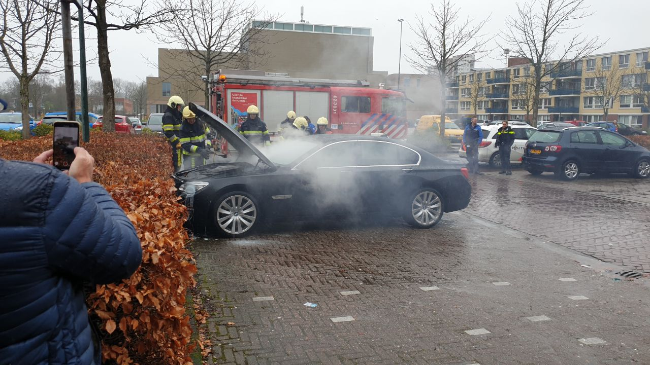 Kleine Auto brand op het Kiryat-Onoplein in Drachten