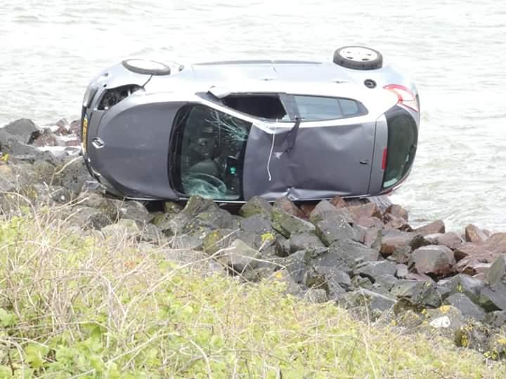Automobilist raakt van de Afsluitdijk en beland bijna in het IJsselmeer