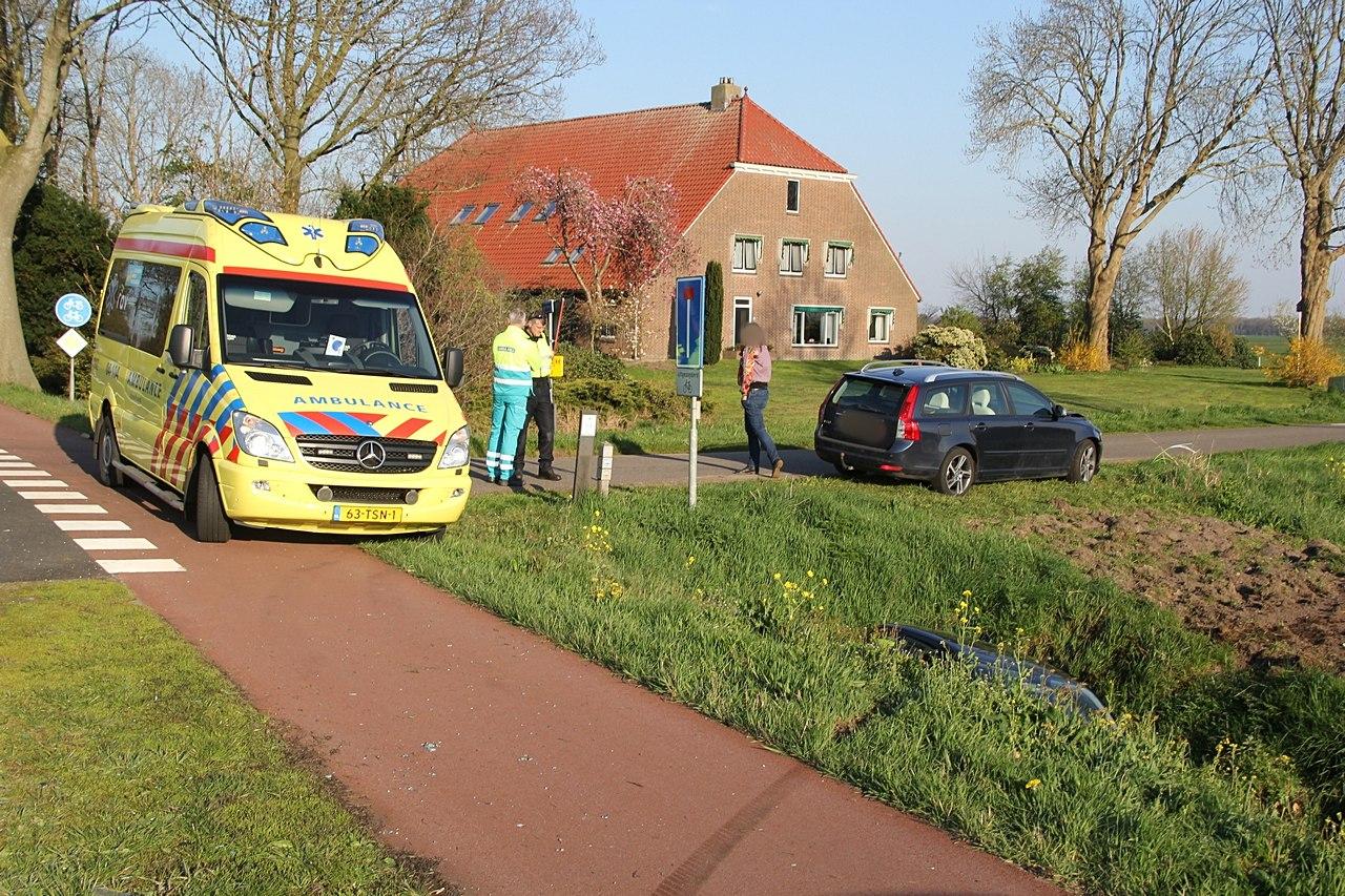 Automobilist beland in de sloot na aanrijding bij Scheerwolde