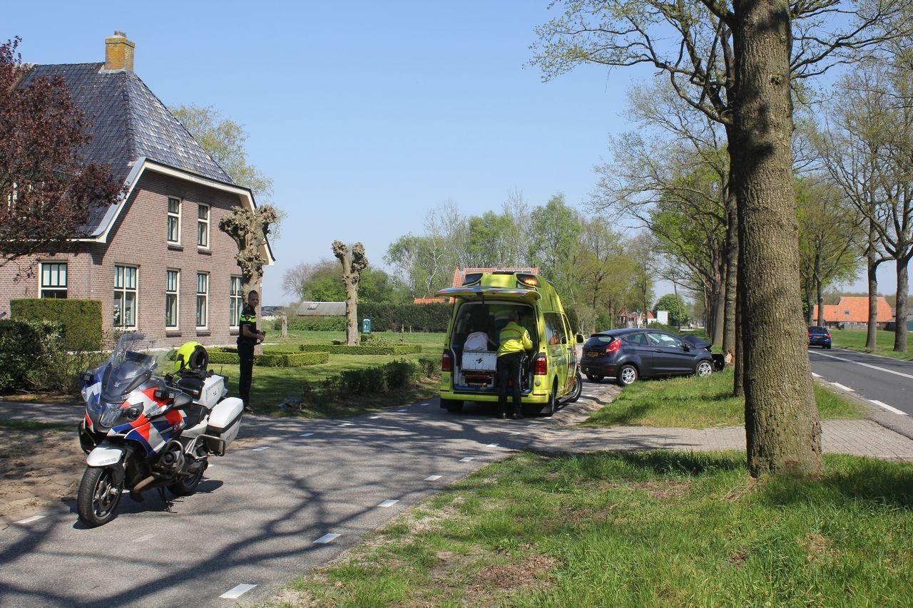 bestuurder raakt gewond na ouwelwording botst tegen boom in Oosterwolde