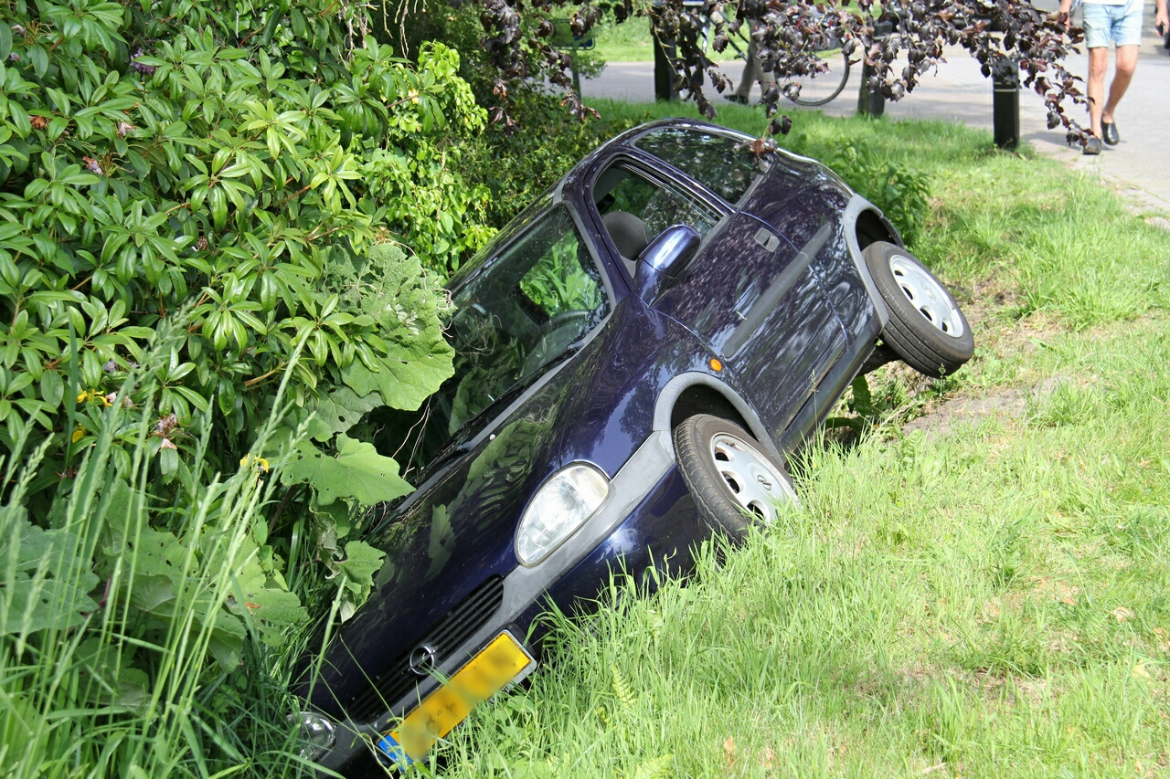 Bestuurder beland met Auto in de sloot in Giethoorn