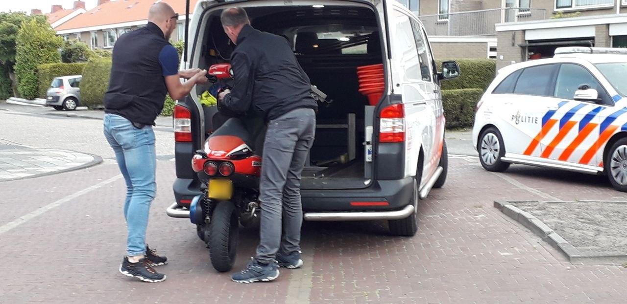 Onverzekerde scooterrijder schept fietsster in Drachten