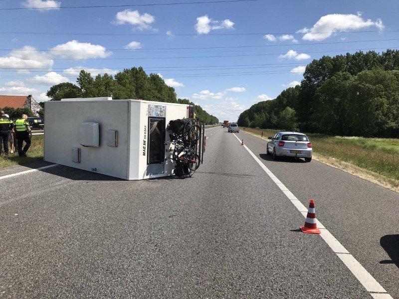 Eenzijdig verkeersongeval door gekantelde Camper bij Oudehaske