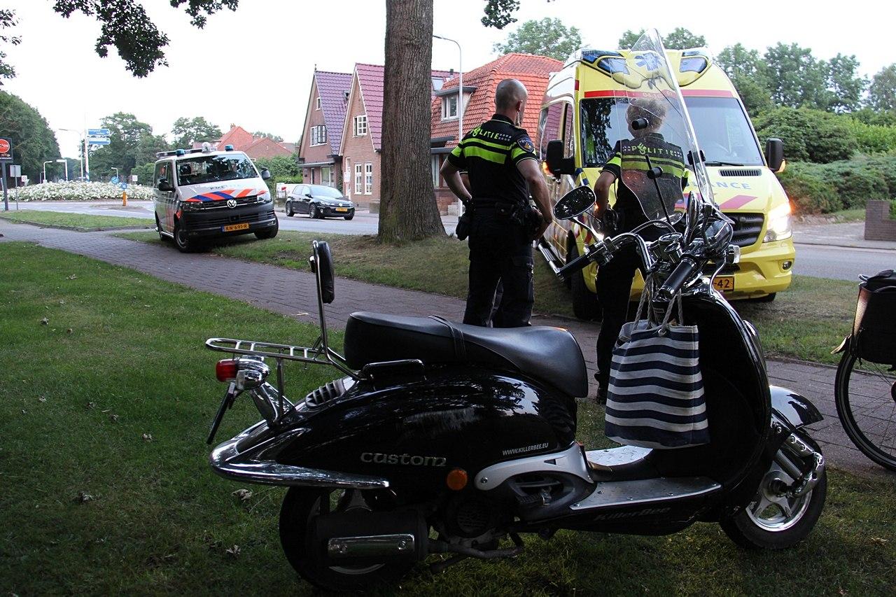 Snorfietser gaat onderuit en raakt licht gewond in Steenwijk