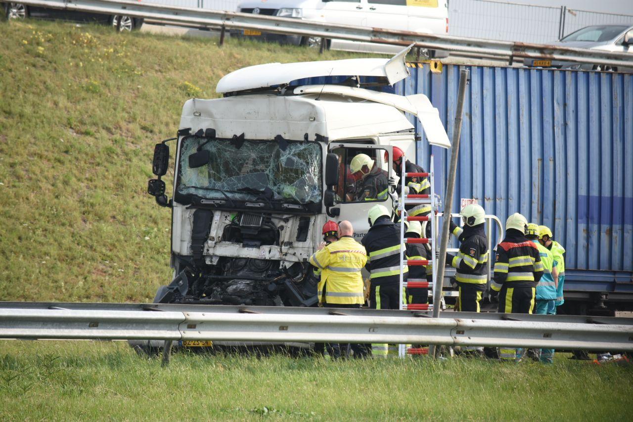 Twee vrachtwagens botsing op elkaar op de Afsluitdijk