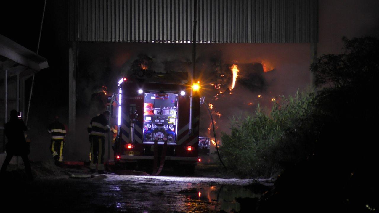 Meerdere korpsen uitgerukt na schuur met hooi in de Brand in Wergea