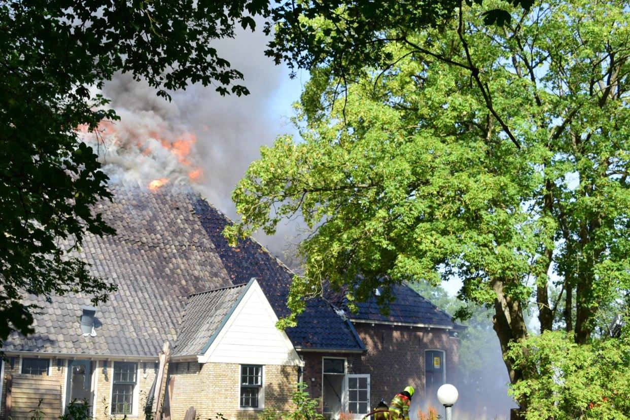 Grote uitslaande brand in voormalige sauna in Gorredijk
