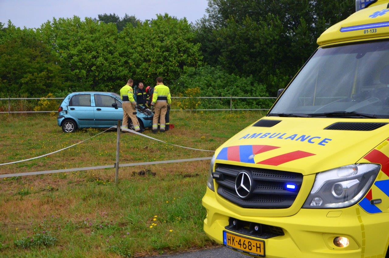 Automobilist slaat over de kop en komt in weiland tot stilstand