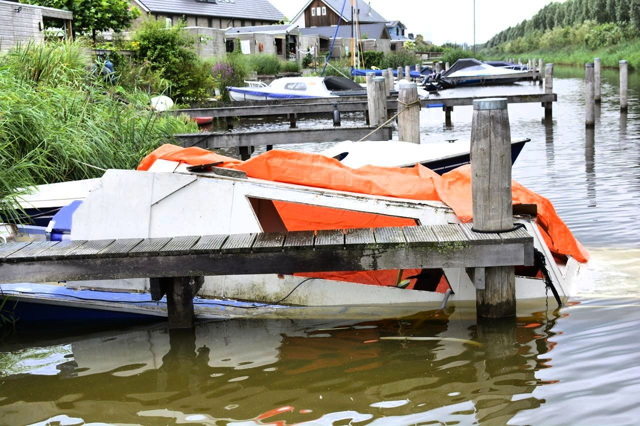 Brandweer rukt uit voor zinkende Boot in Drachten