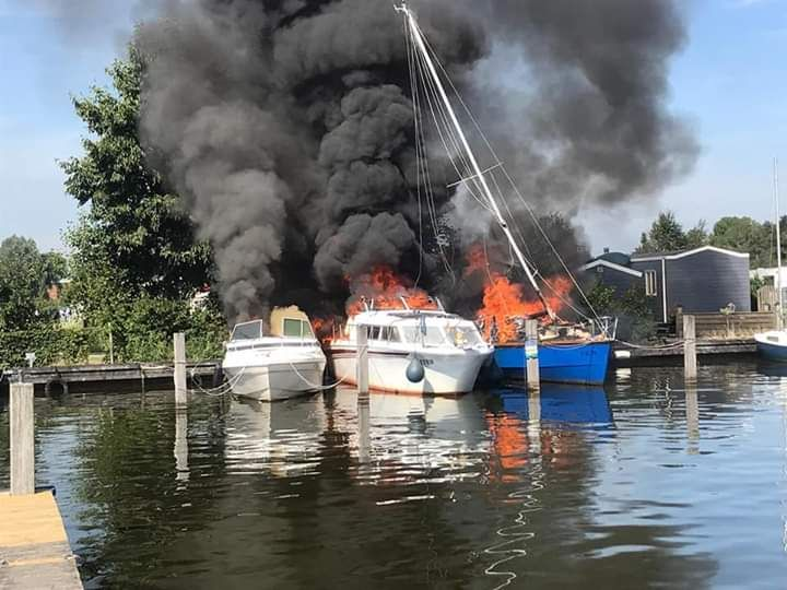 felle rookontwikkeling na drie boot branden