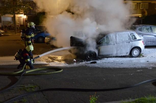 Auto verwoest door felle brand in Leeuwarden