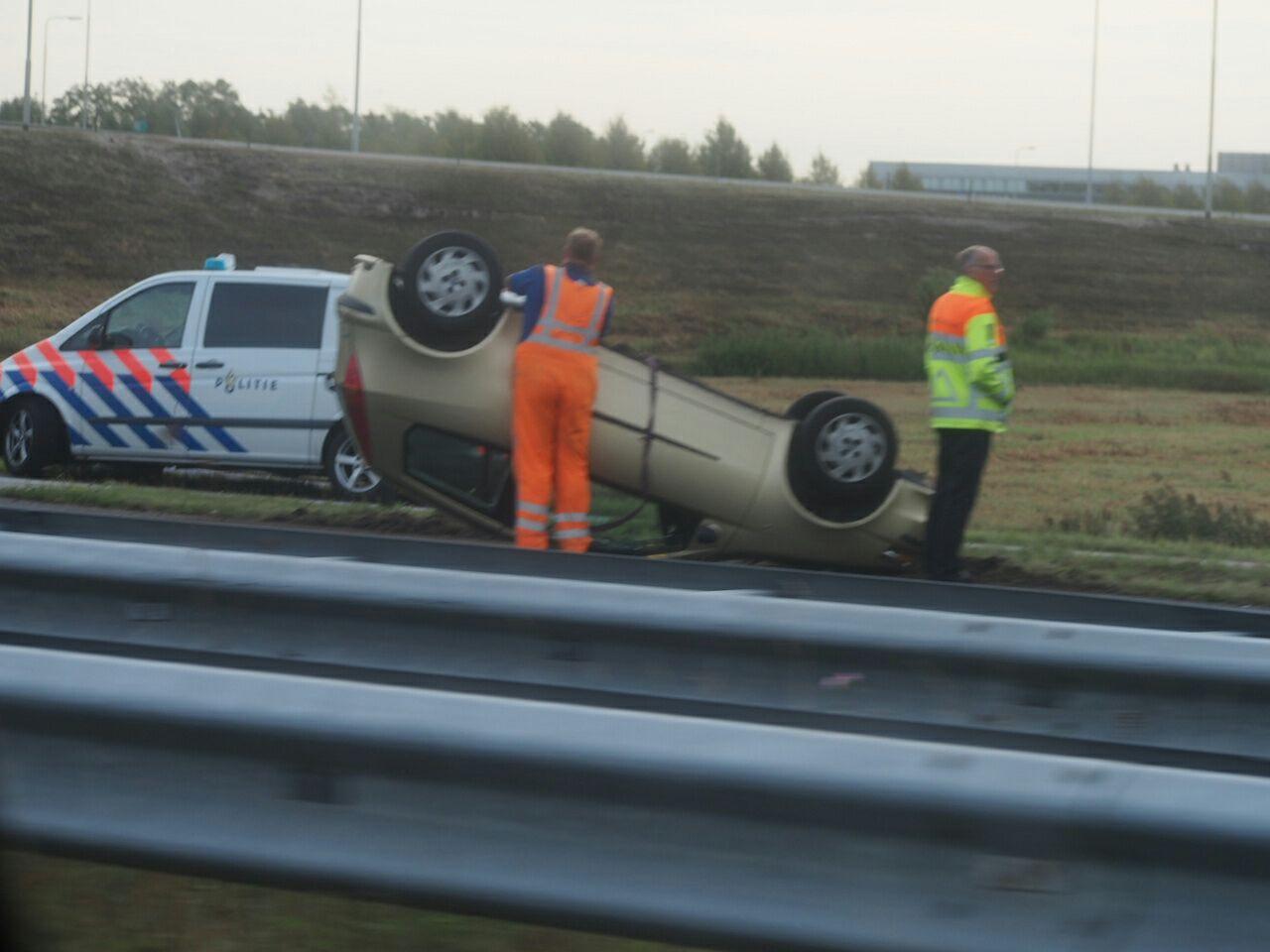 Bestuurster slaat met auto over de kop bij Heerenveen