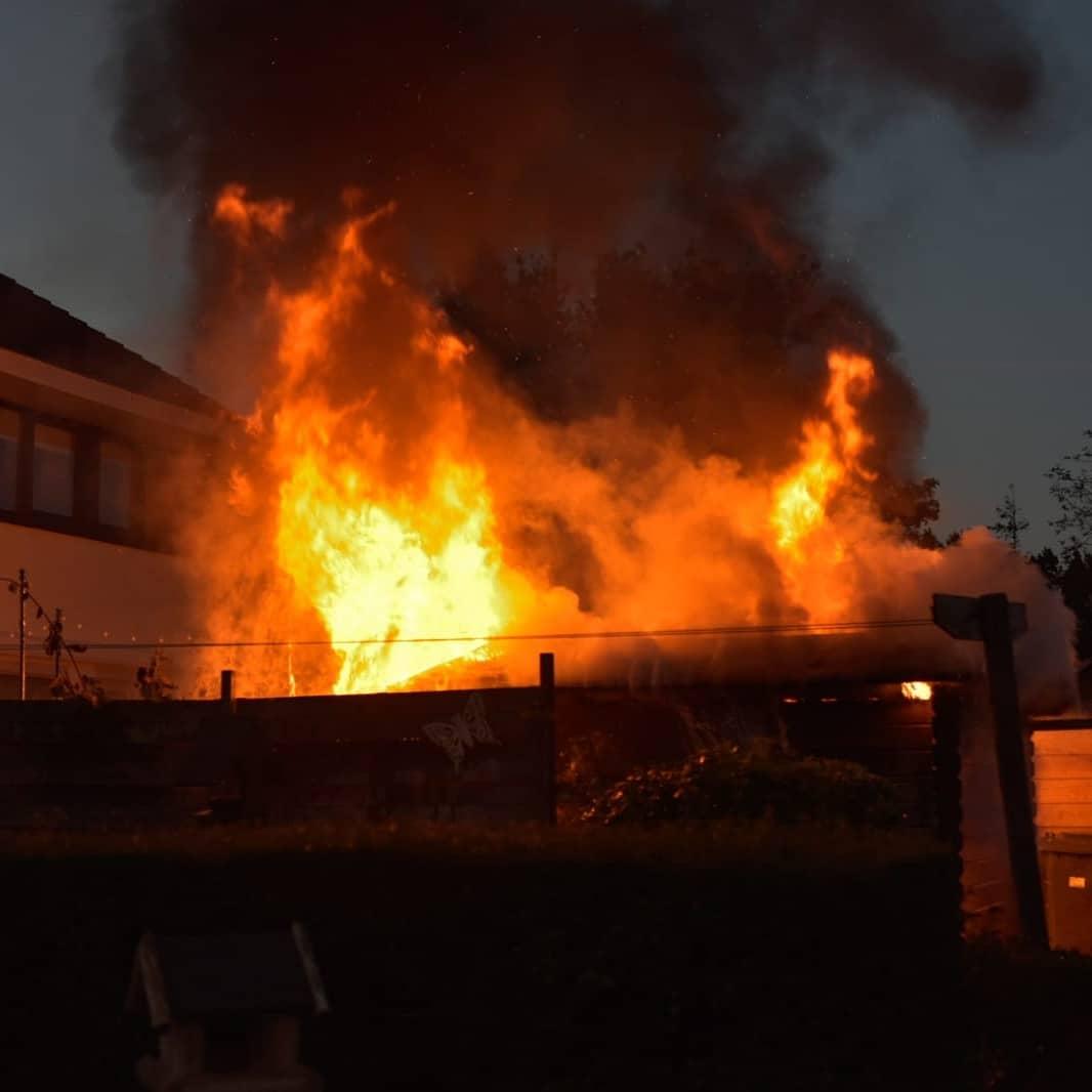 Flinke Vuur zee bij Schuur brand in Sneek