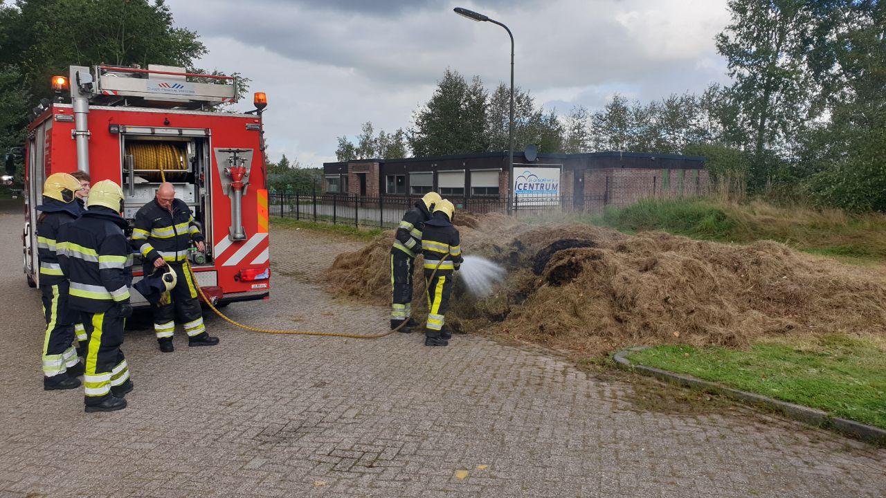 Bult hooi vliegt in brand aan de Langewyk in Drachten