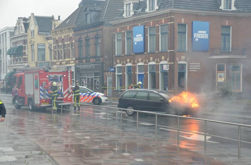 Video Auto verwoest door felle brand in Leeuwarden