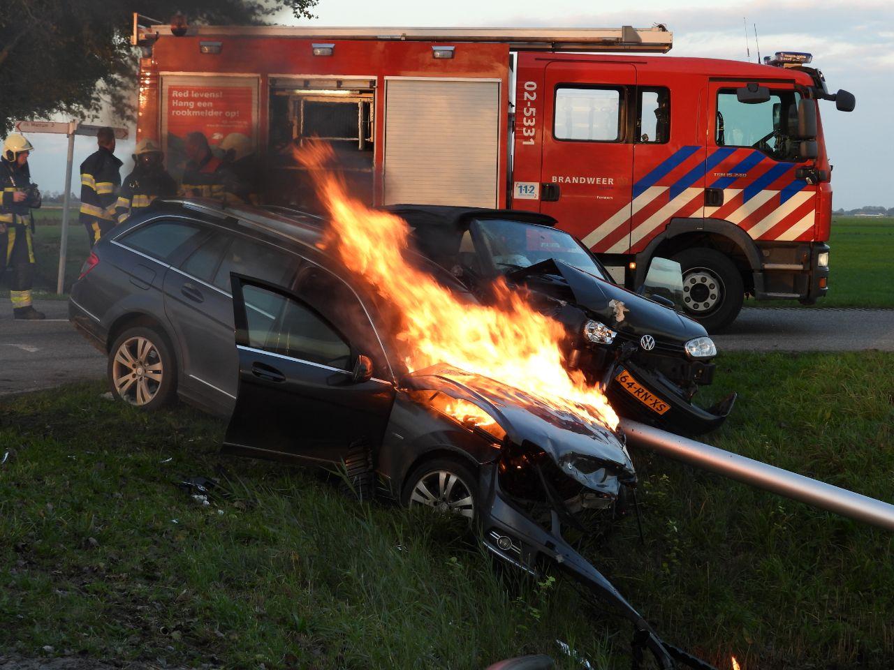 Auto vliegt in brand na aanrijding bij Marrum