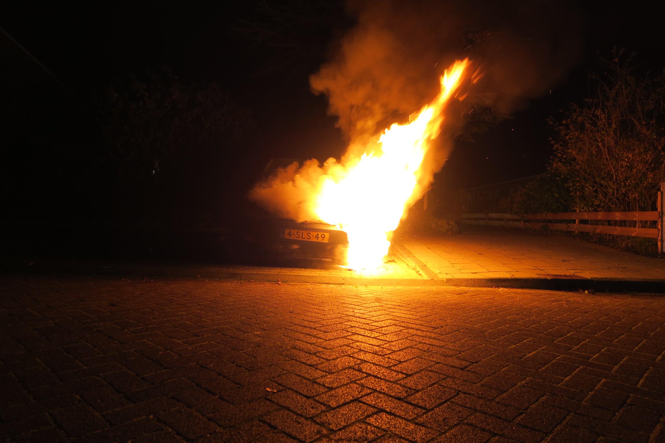 Video: Uitslaande Auto brand aan de Bouwakker in Drachten