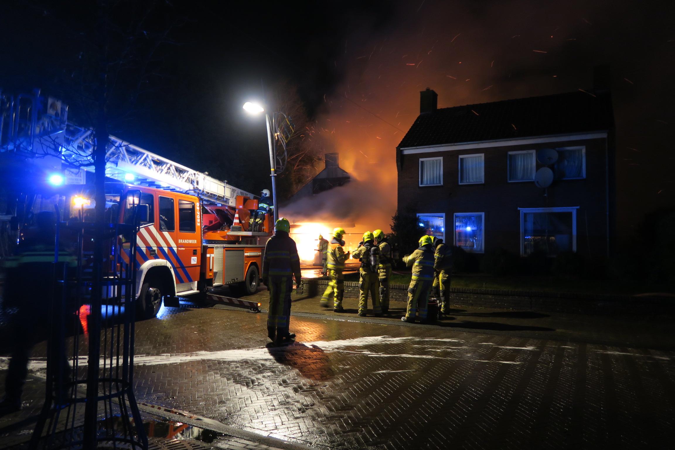 Video Grote uitslaande Brand in 'oude Chinees restaurant in Ureterp