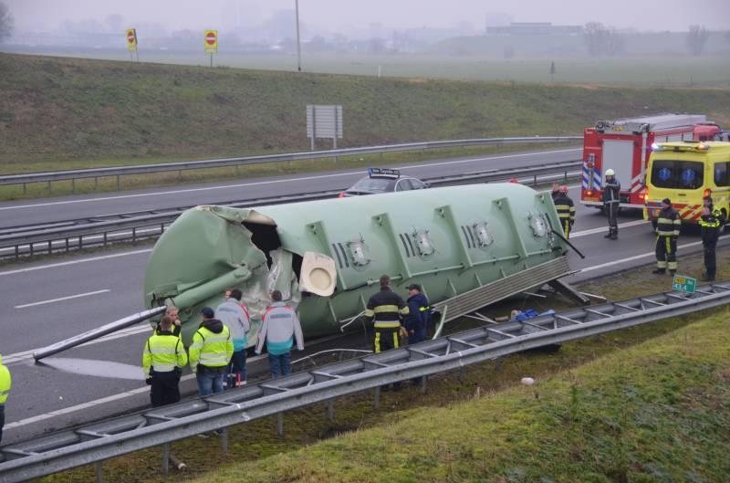Vrachtwagenchauffeur verliest silo beland op de Rijksweg A32 bij Marsum