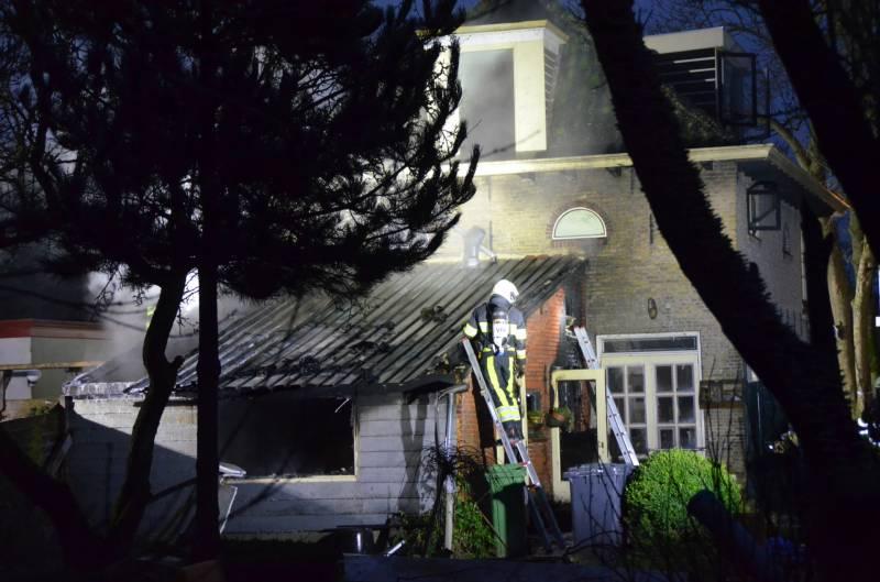 Uitslaande brand aan de achterzijde van een woning in Lollum