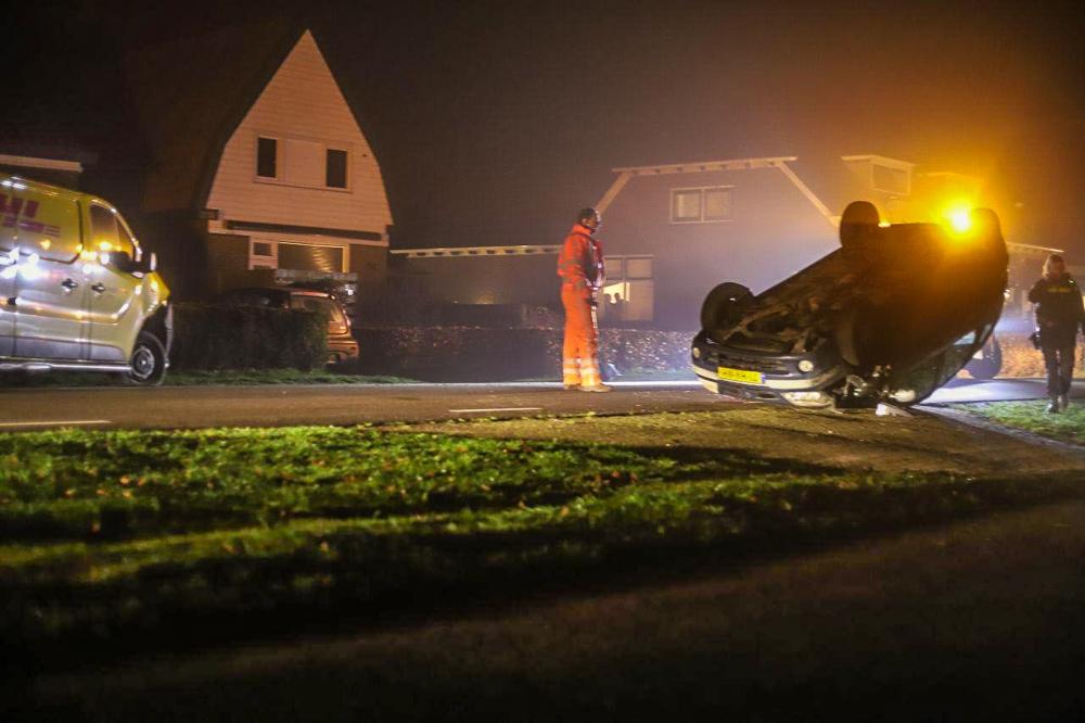 Bestuurster slaat met de auto over de kop na Aanrijding met bestel busje en raakt gewond bij Langezwaag