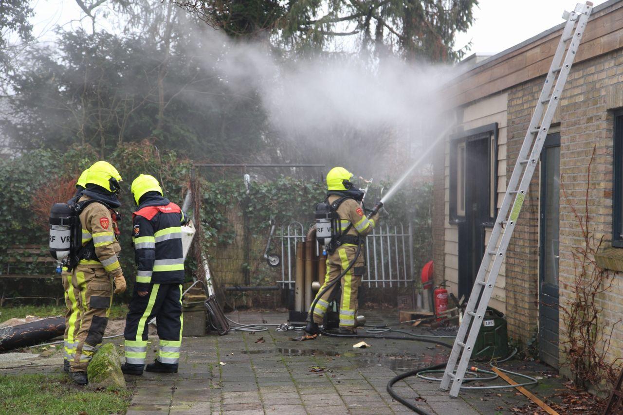 Kachel zet garage Schuur in brand in Lippenhuizen