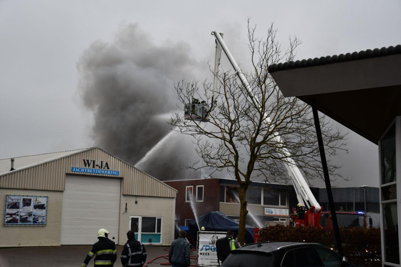 twee brandweermannen raken gewond bij Zeer Grote brand in Grou