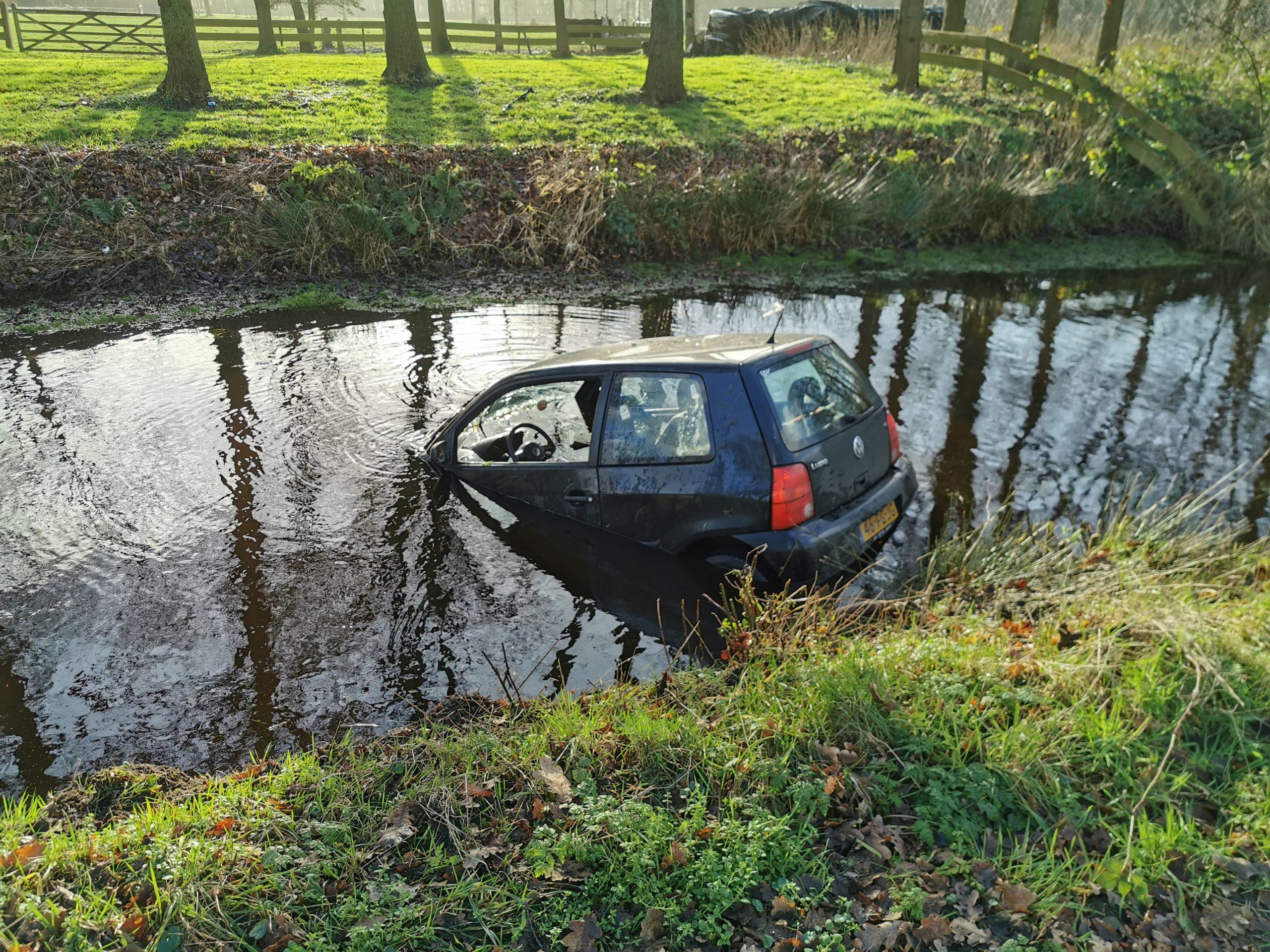 Auto raakt te water bestuurster ongedeerd bij eenzijdig ongeval bij Bakkenveen