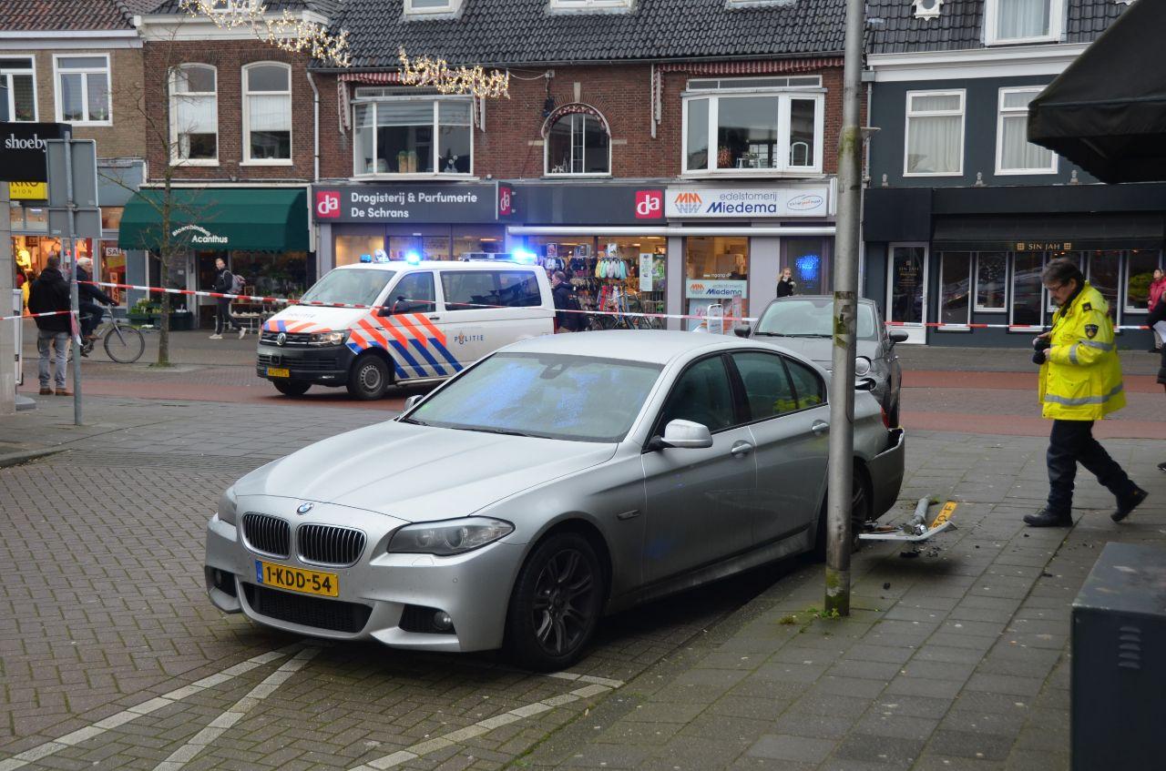 Bestuurder geschept fietser en rampt een geparkeerde auto in eeuwarden een gewonde