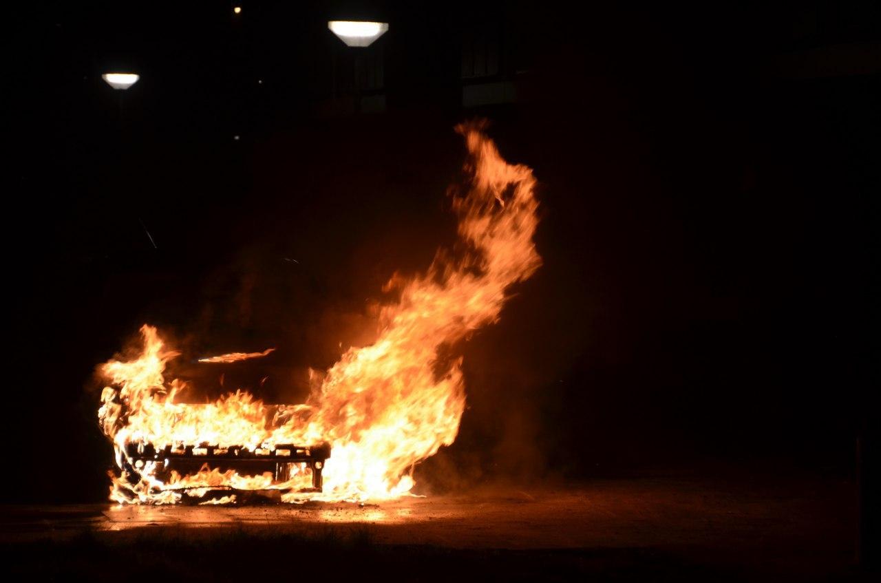 Geparkeerde auto gaat in vlammen op, oorzaak nog onbekend in Leeuwarden