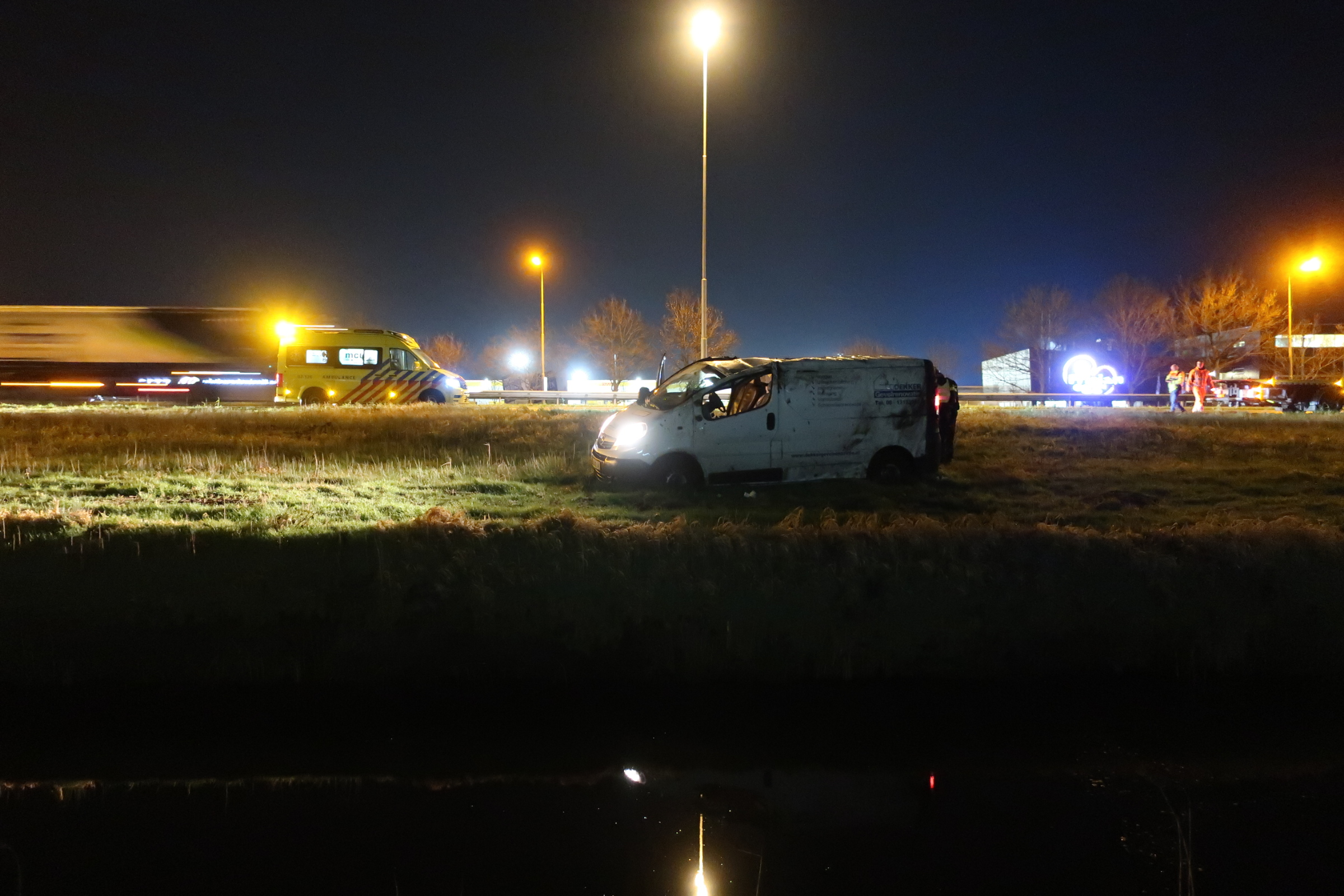 Video Busje slaat over de kop op de A7 bij Drachten één gewonde