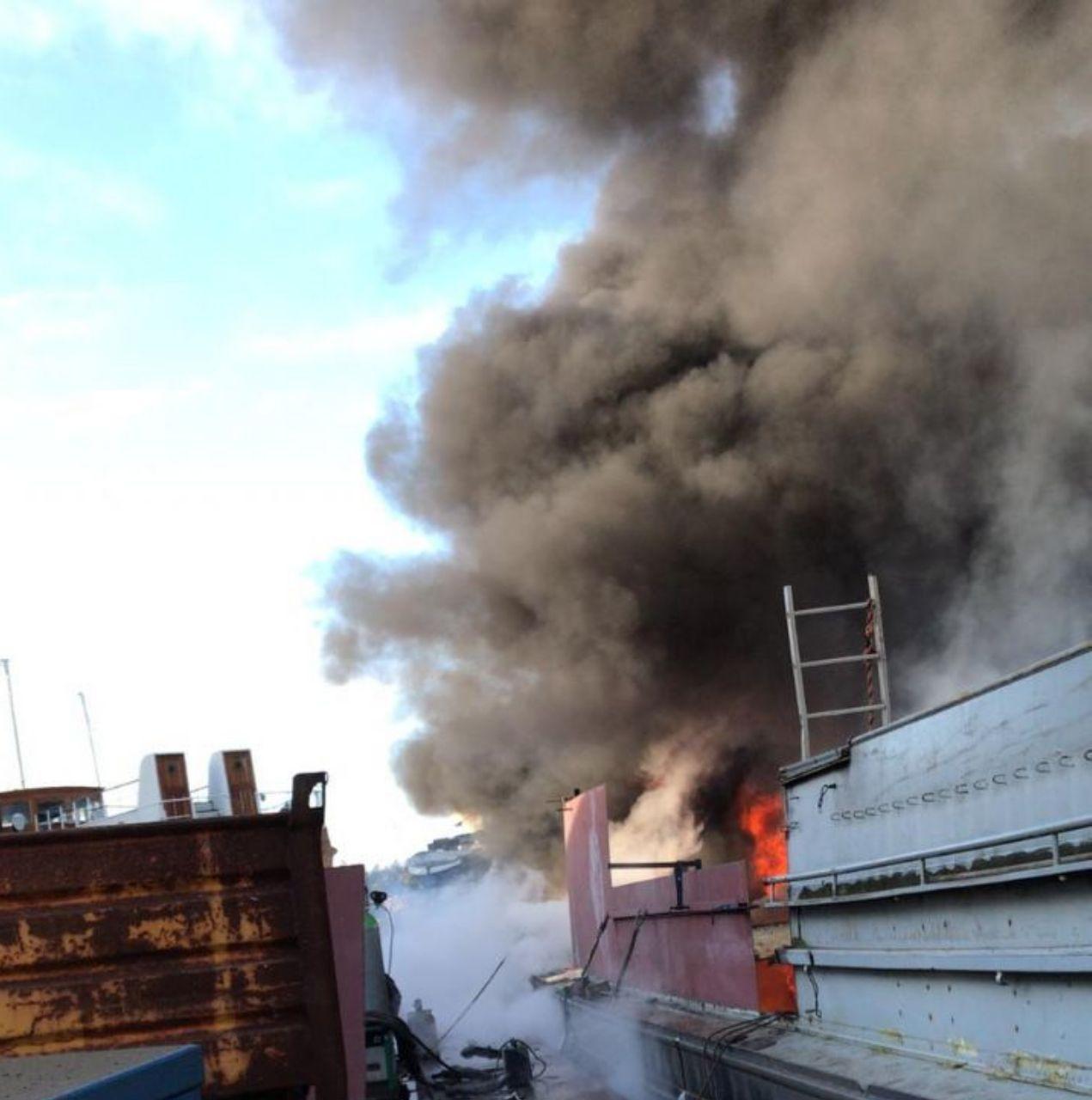 Rookontwikkeling bij scheepsbrand in Harlingen