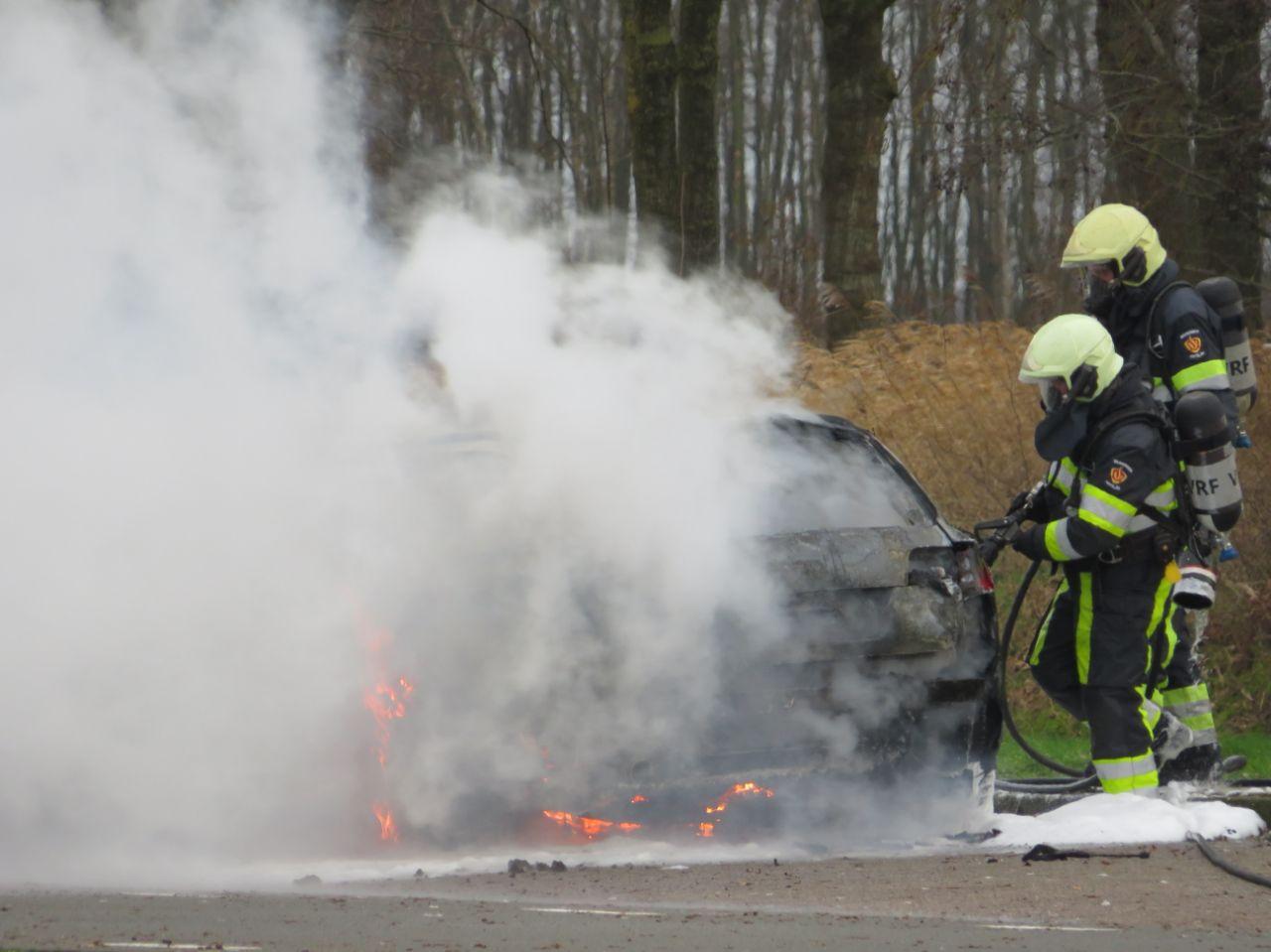Auto verwoest door felle brand bjj de tankstation langs de A32 bij Oldeholtwolde