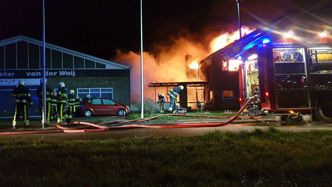 Video Woonhuis volledig verwoest door zeer grote uitslaande brand in Stiens
